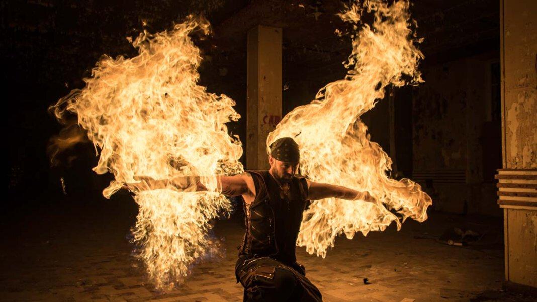 Die Show, die der Australier Chris Blaze bei der Straßen-Kunst Ende August auf der Freilichtbühne zeigen wird, ist voller Energie, Feuer und Explosionen. Foto: Olev Luik