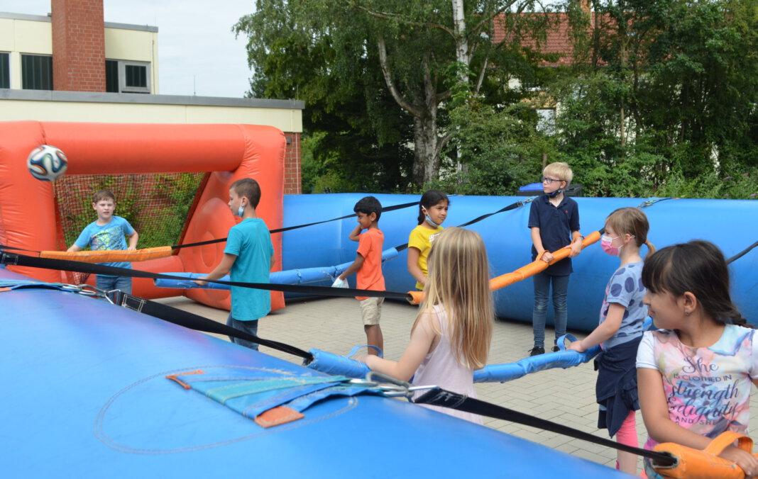 Beim Menschenkicker hatten die Kinder der OGS-Ferienbetreuung an der Wiehagenschule großen Spaß. Foto: Alexandra Prokofev