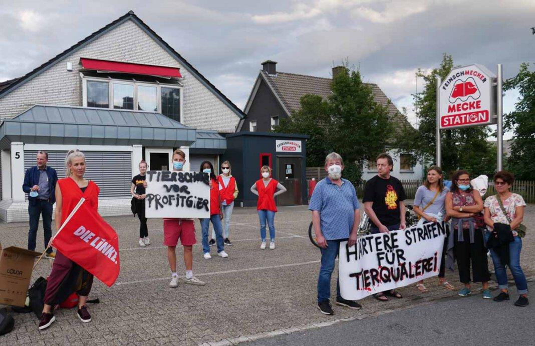 Rund 15 Personen versammelten sich am Mittwochabend zu einer Protest-Aktion gegen Tierquälerei an der Lippestraße. Foto: Gaby Brüggemann