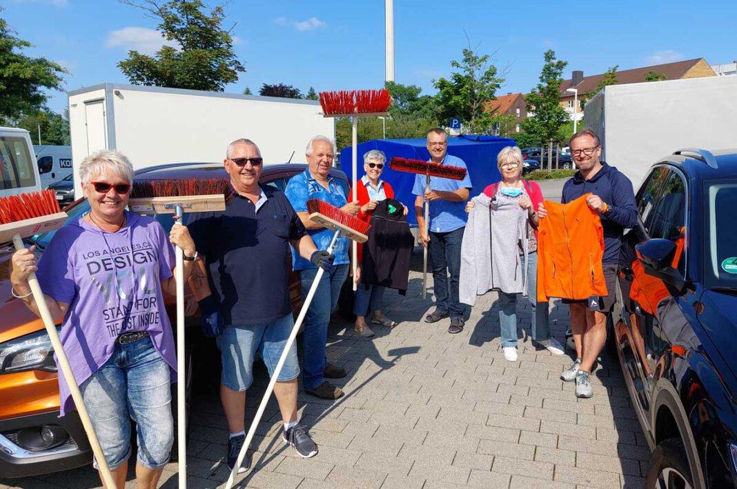 Marita Melcher (links) von Düt und Dat konnte auf große Unterstützung setzen. Am Mittwoch machten sich Fahrer/innen mit Sachspenden im Wert von 6.000 Euro auf den Weg ins Katastrophengebiet. Foto: Wagner