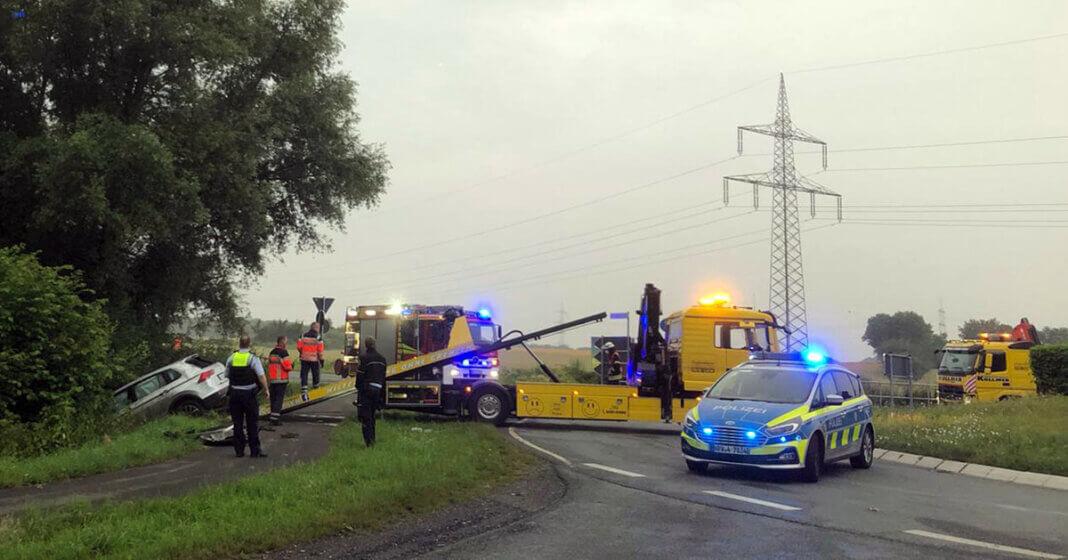 Der Löschzug 1 der Freiwilligen Feuerwehr unterstützte den Rettungsdienst und die Polizei nach einem Verkehrsunfall. Ein Abschleppunternehmen zog den beschädigten Pkw auf die Ladefläche. Foto: Feuerwehr Werne