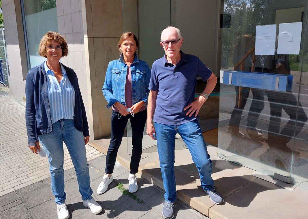 Ulla Rinnen (von links) Andrea Calovini und Dr. Hermann Steiger sowie ihrer Mitstreiter/innen in der Flüchtlingshilfe haben wieder alle Hände voll zu tun. Foto: Wagner