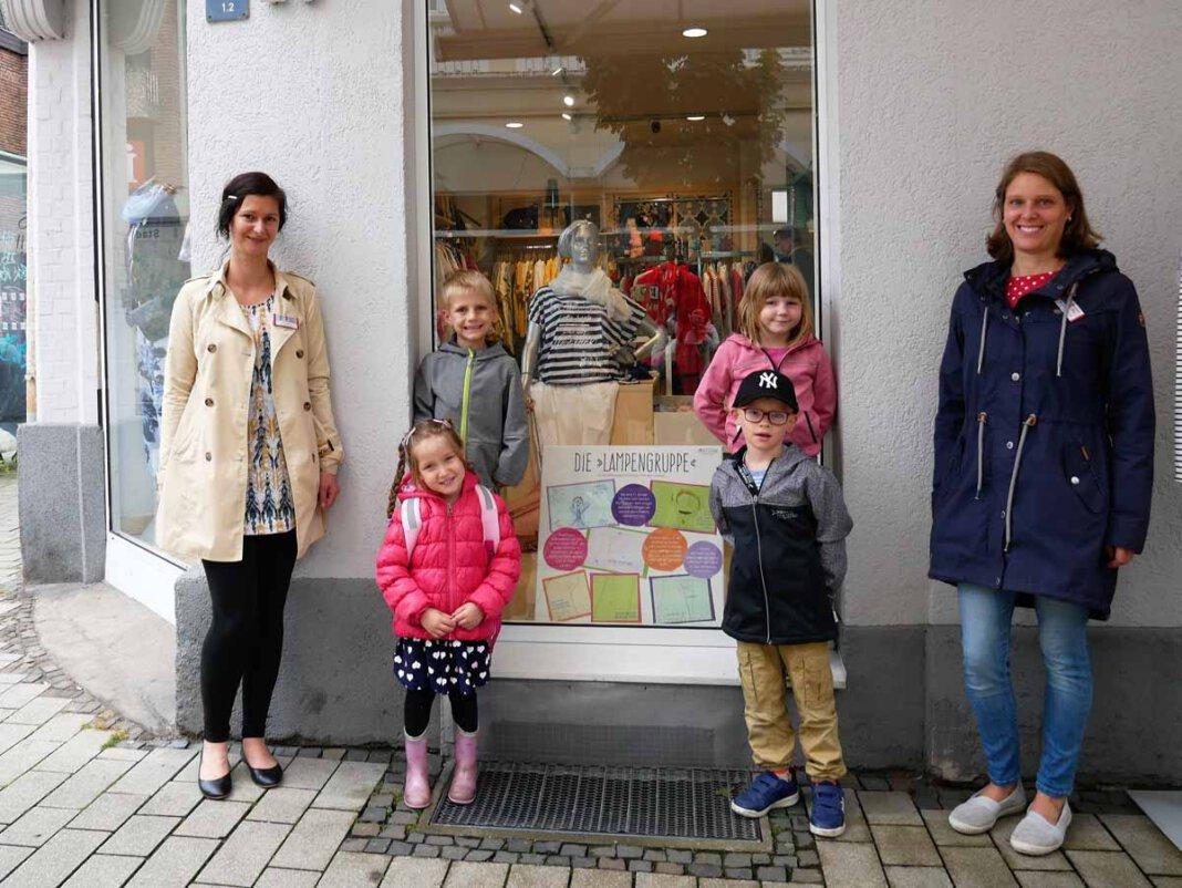 """Ana Heske (l), Christiane Prangemeier (r) und die Kinder der Lampengruppe aus der """"Kita an der Schule"""" präsentierten die Aktion der Jugendhilfe. Foto: Gaby Brüggemann"""
