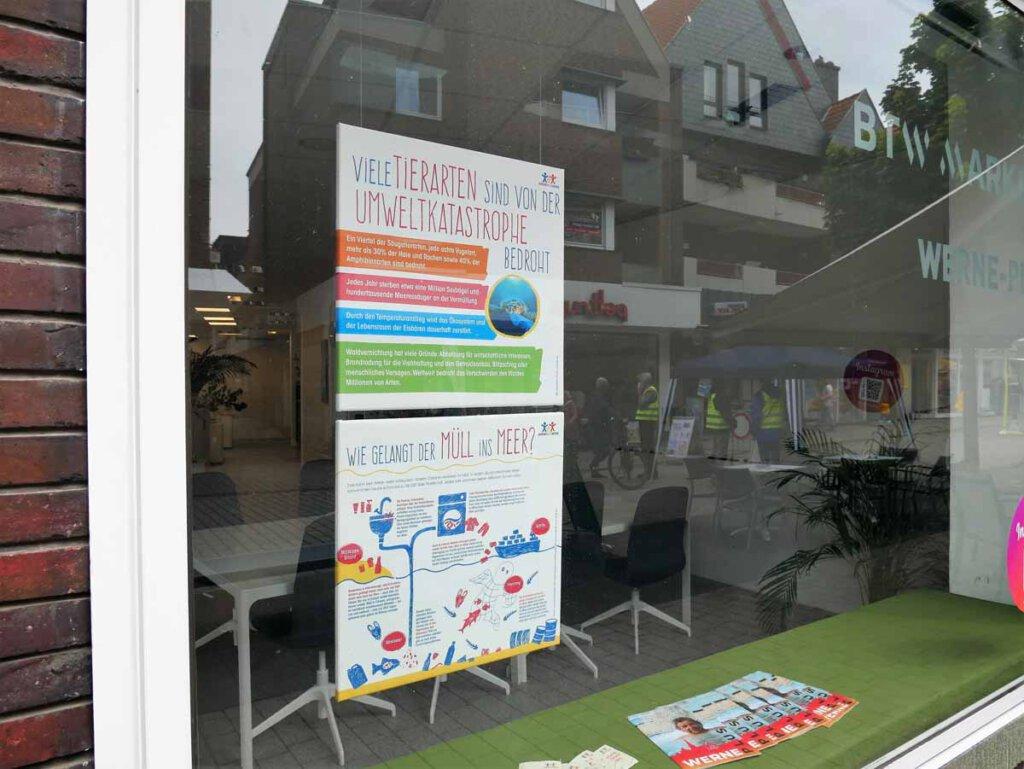 Auch im Schaufenster von WERNEplus/BTW Marketing hängt ein riesengroßes Plakat der Aktion. Foto: Gaby Brüggemann