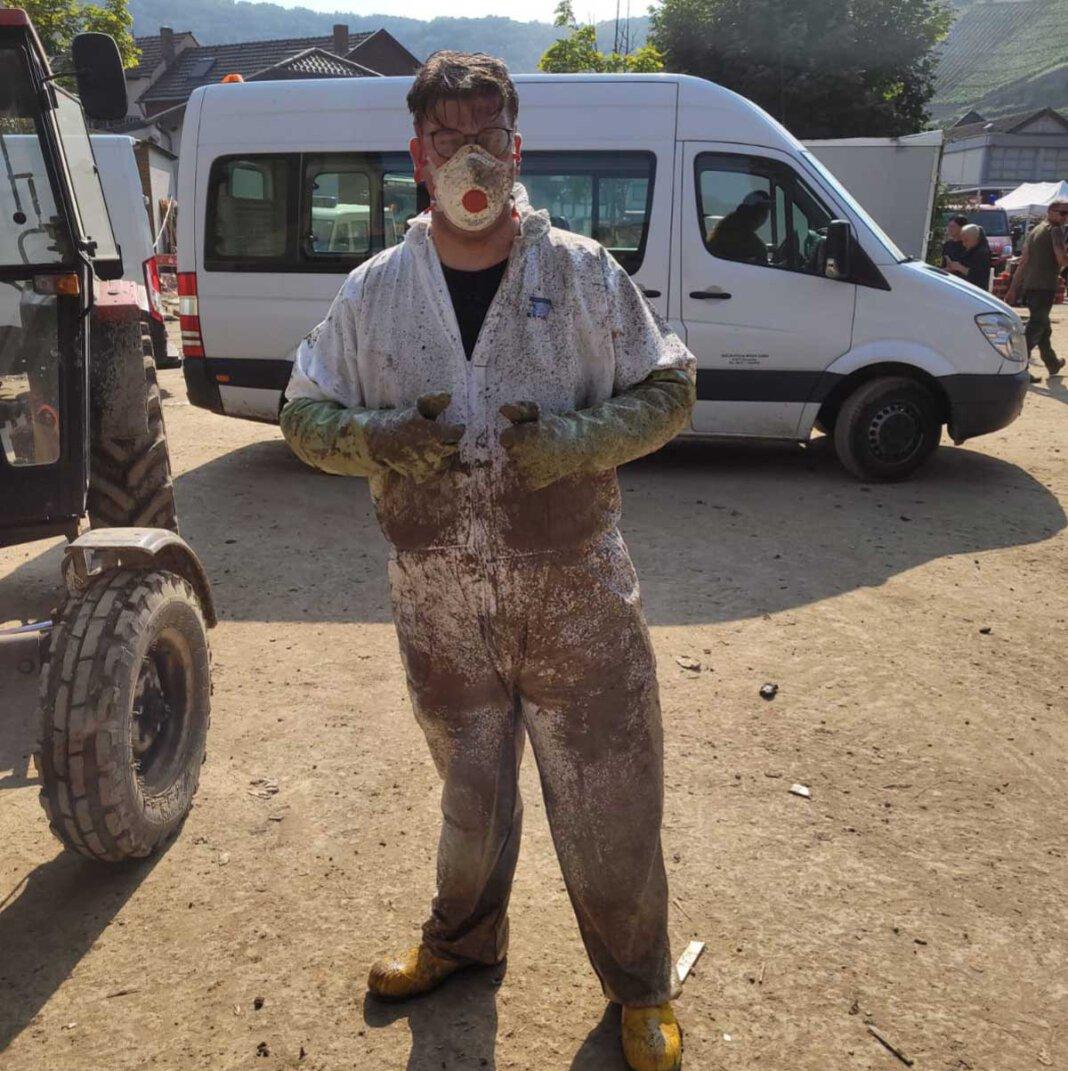 Manuel Zielinski gehört zu der Helfergruppe, die regelmäßig vom Hof Schulze Blasum aus ins Katastrophengebiet fährt, um dort zu helfen. Foto: Hönnemann