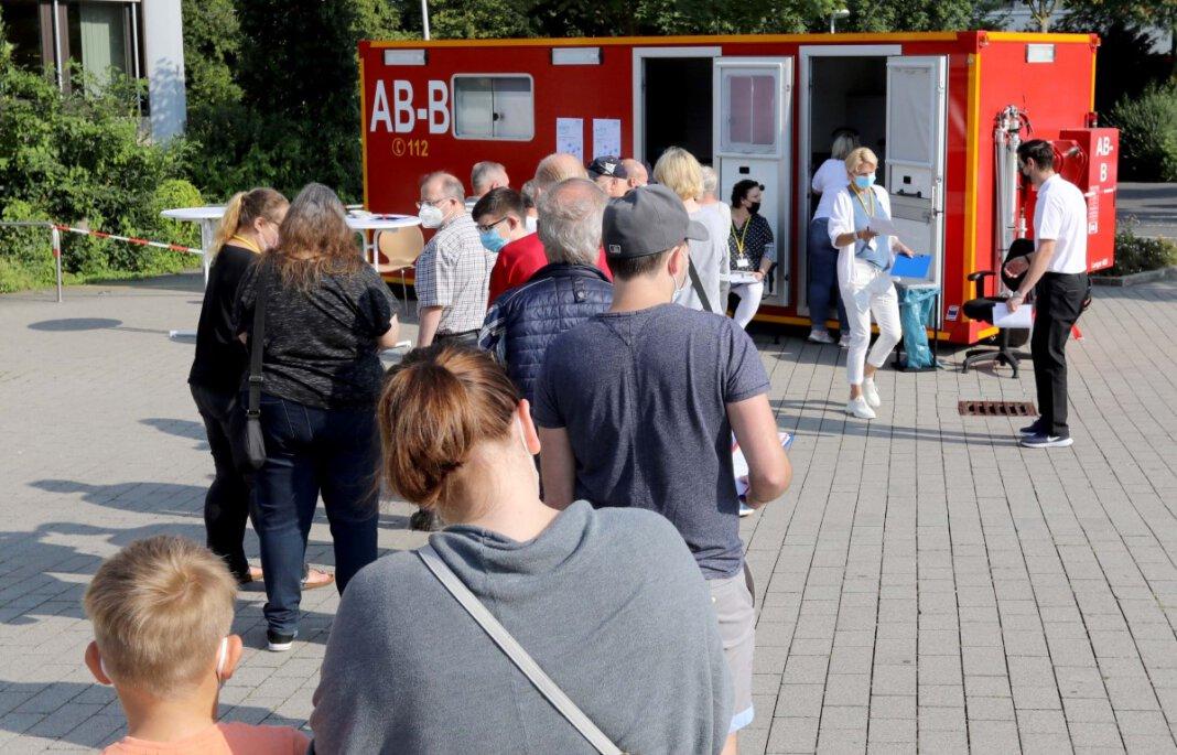 Auf eine gute Nachfrage ist die erste Impf-Aktion vor dem Stadthaus am Freitag getroffen. Ursprünglich sollte die Aktion in der Nähe des Wochenmarktes stattfinden, hier wiesen Hinweisschilder auf den Umzug hin. Foto: Volkmer