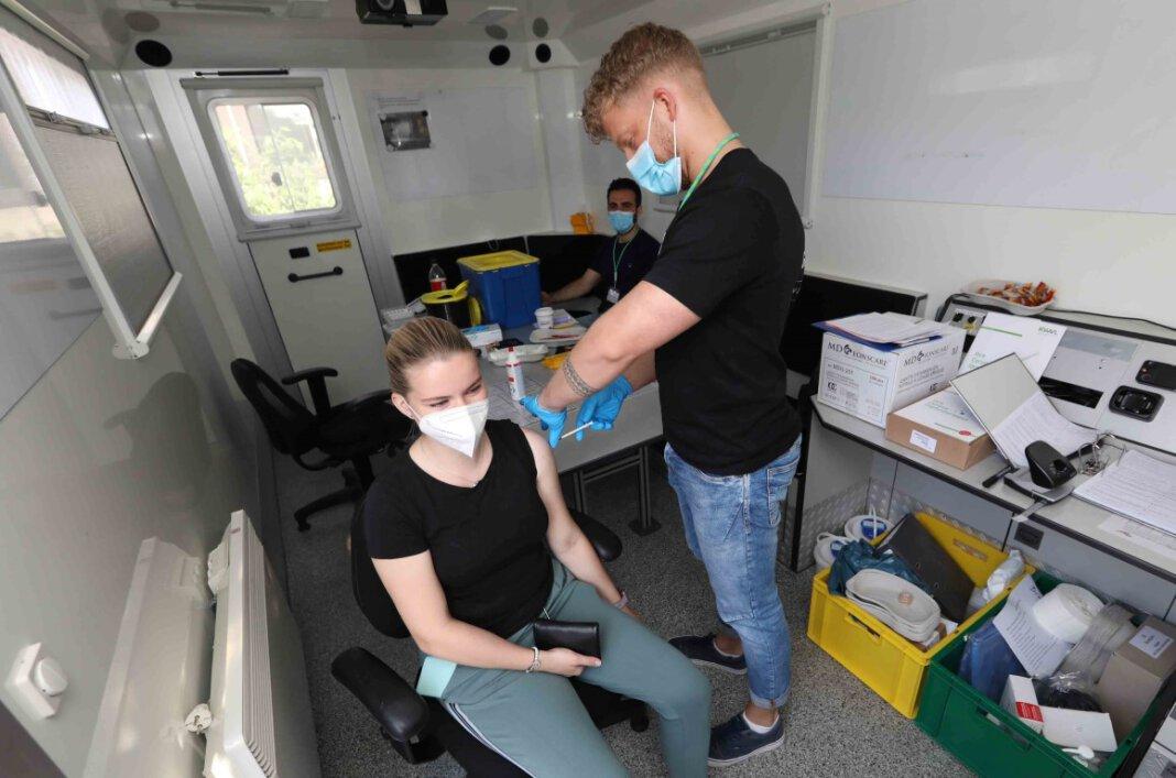 Sofie Kroes aus Werne erhielt ihre erste Impfung gegen Corona im umgestalteten Feuerwehrcontainer am Stadthaus. Foto: Volkmer