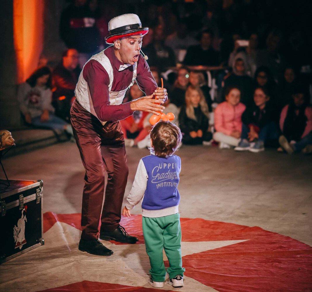 Javi Javichy kommt aus Spanien und wird bei der Straßenkunst in Werne mit Jonglage, Schauspiel und unfassbaren Balanceacts begeistern. Foto: Zeitenwanderer / Fernando Carvalho