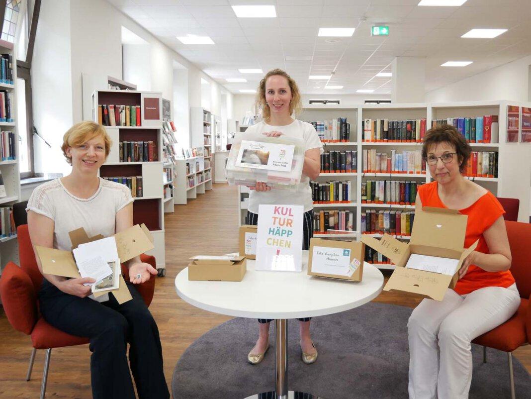 """Kulturhäppchen für Genießer. Dr. Constanze Döhrer, Kathrin Kötter und Gerlinde Schürkmann (von links) präsentieren die Take-Away-Box für das """"Museum zuhause"""" und den fantasievollen Märchenkoffer. Foto: Gaby Brüggemann"""