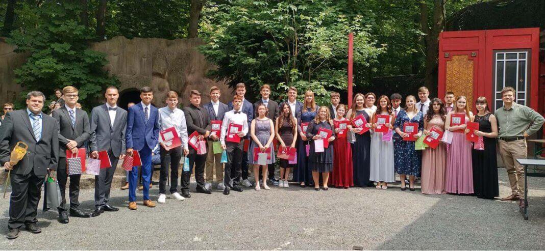 Die Klasse 10c der Marga-Spiegel-Schule mit den Lehrern Daniel Vehring und Dan Eggert beim Abschluss in der Freilichtbühne. Foto: MSS