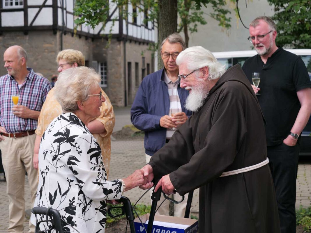 Viele Menschen aus Werne ließen es sich nicht nehmen, Pater Wolfgang Drews zur Feier seines diamantenen Priesterjubiläums ihren Dank und ihre Glückwünsche auszusprechen. Foto: Schwarze