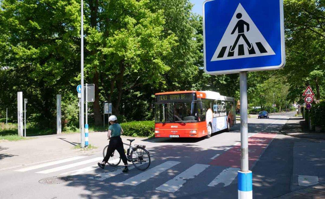 So ist es richtig: Anita Lehrke, Volontärin beim Kreis Unna, fährt regelmäßig mit dem Rad zur Arbeit – und schiebt ihr Fahrrad über den Zebrastreifen. Foto: Birgit Kalle – Kreis Unna
