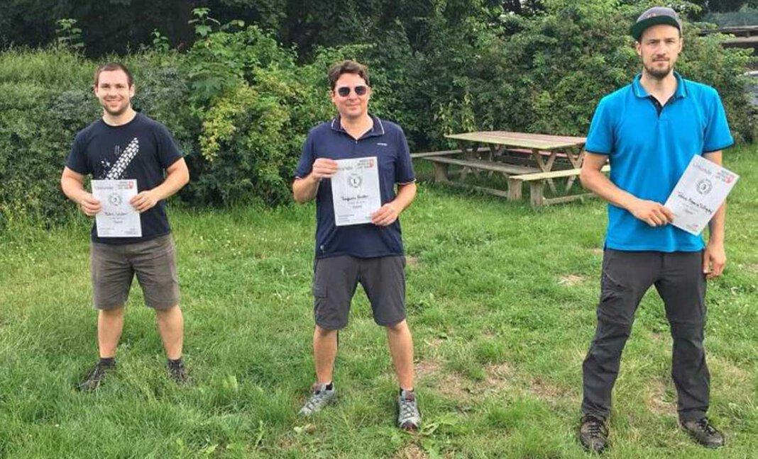 Robin Victor (links) belegte bei seiner Discgolf-Premiere gleich den zweiten Platz. Foto: Privat