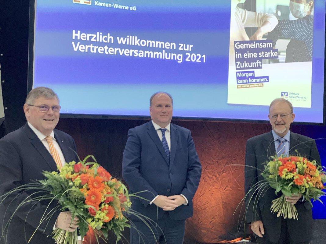 Ralf Schotte (Vorstand) und Reinhard Gold (ehemaliger stellvertretender Aufsichtsratsvorsitzender) wurden mit der goldenen Nadel des Genossenschaftsverbandes für ihre Tätigkeiten geehrt. Foto: Thomas Gickel