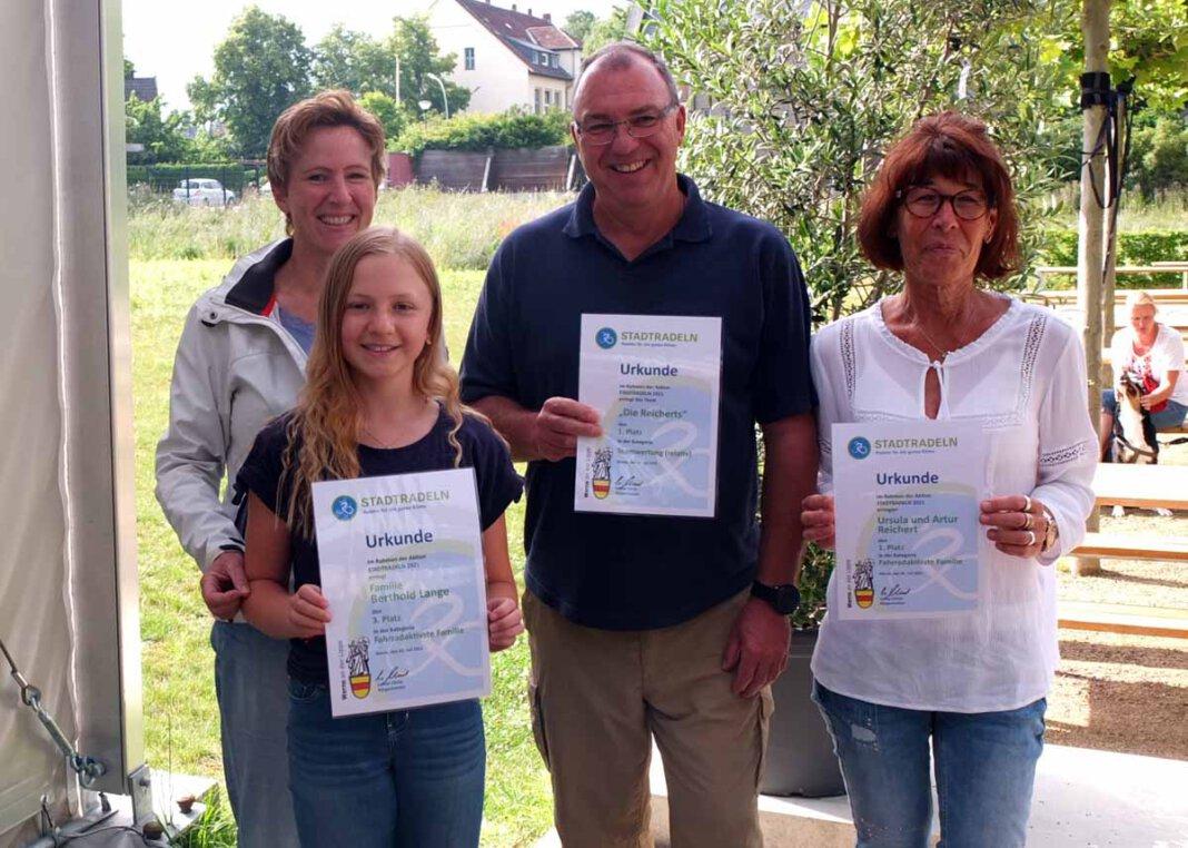Stadtradeln 2021 in Werne: Als fahrradaktivste Familien wurden Claudia Lange mit Tochter Ilva sowie Artur und Ursula Reichert (v.li.) geehrt. Foto: Höinghaus