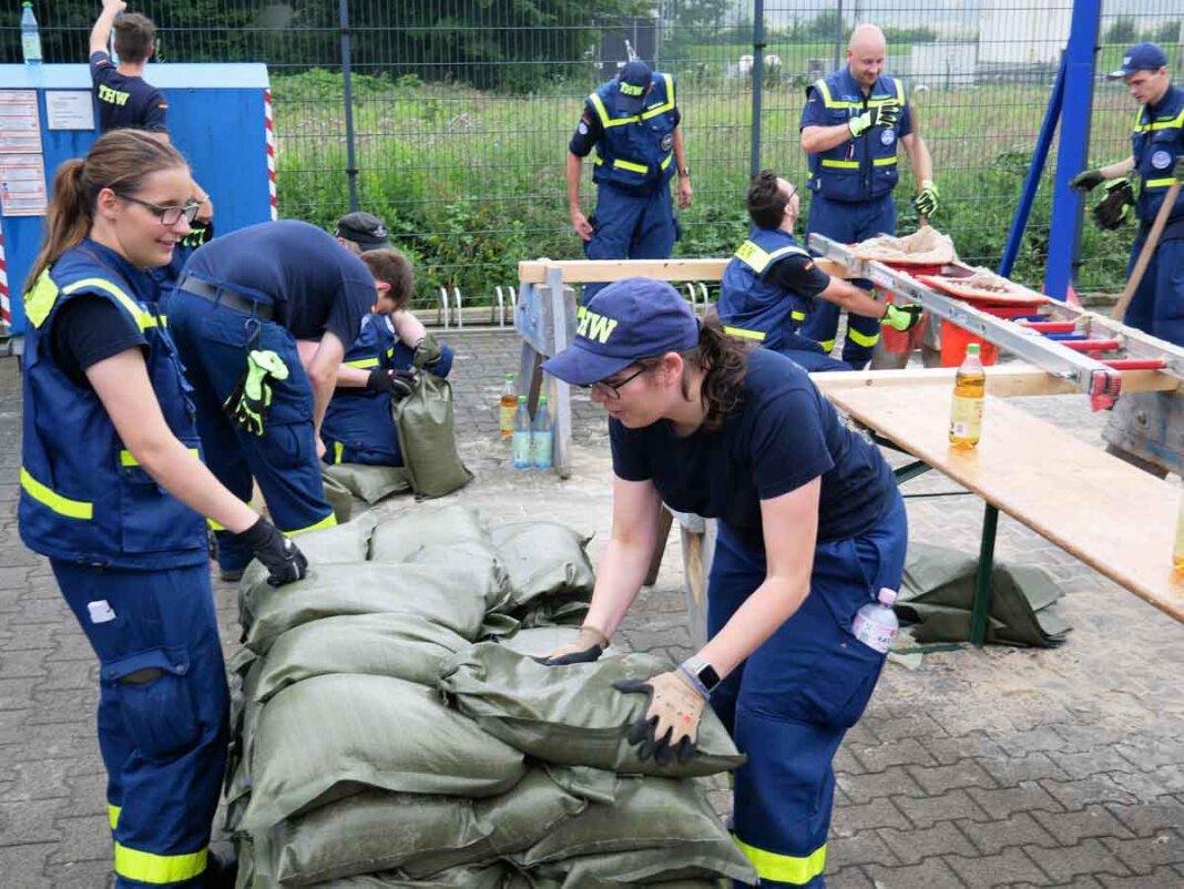 Gerüstet für alle Fälle: Auf dem THW-Gelände verfüllen fleißige Kräfte des Technischen Hilfswerks hunderte Sandsäcke. Foto: Gaby Brüggemann