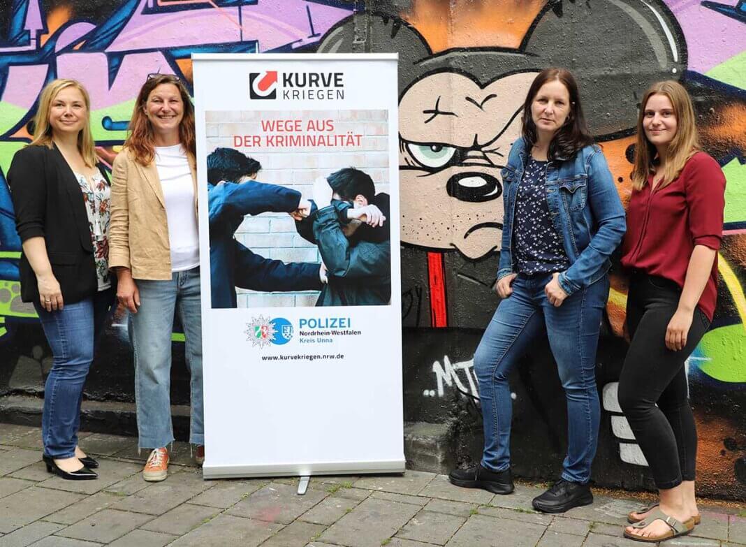 """Zum Team von """"Kurve kriegen"""" gehören neben den Kriminalhauptkommissarinnen Melanie Kompernaß (l.) und Simone Droste (2.v.r.) die pädagogischen Fachkräfte Susanne Skubatz (2.v.l.) und Sarah Urban (r.). Foto: Kreispolizeibehörde Unna"""