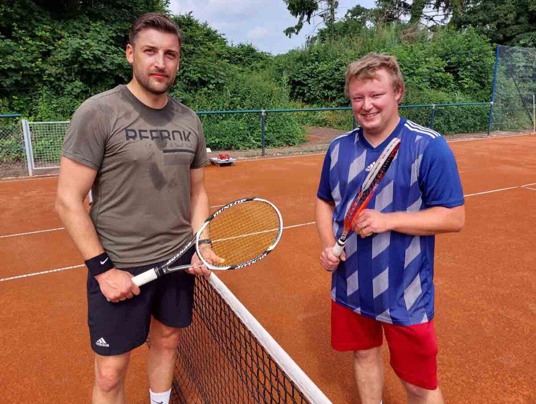 Markus Schnatmann (rechts) gewann am Samstag sein Match bei der 2. Inoffiziellen Werner Tennis-Meisterschaft gegen Pascal Breer mit 6:0 und 6:0. Foto: Wagner