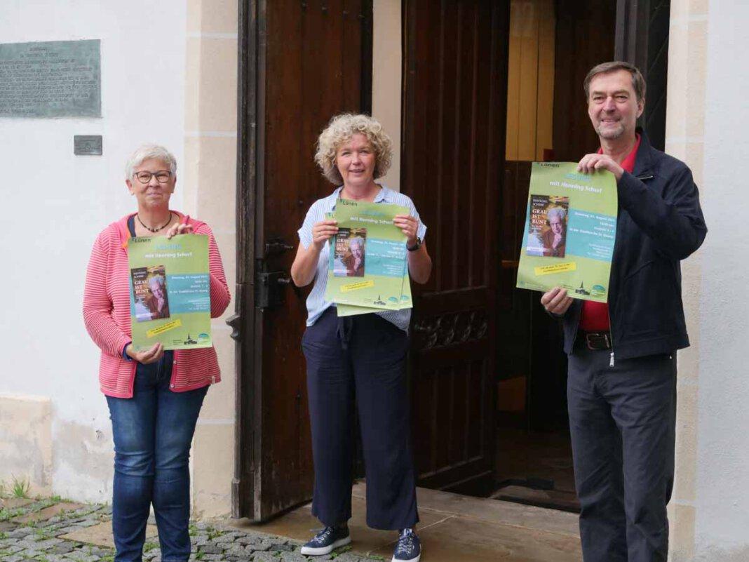 Beate Convent (Leiterin der Stadtbücherei Lünen), Annette Goebel (Netzwerk Altenarbeit) und Udo Kytzia (Evangelische Kirchengemeinde Lünen) haben die Lesung von Henning Scherf vorgestellt. Foto: Stadt Lünen