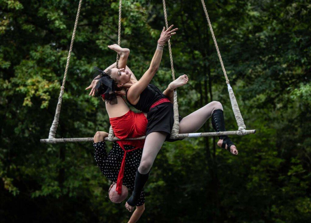 Wise Fools zeigen ihre Künste in luftiger Höhe auf einem Trapez. Foto: Bjorn Leus