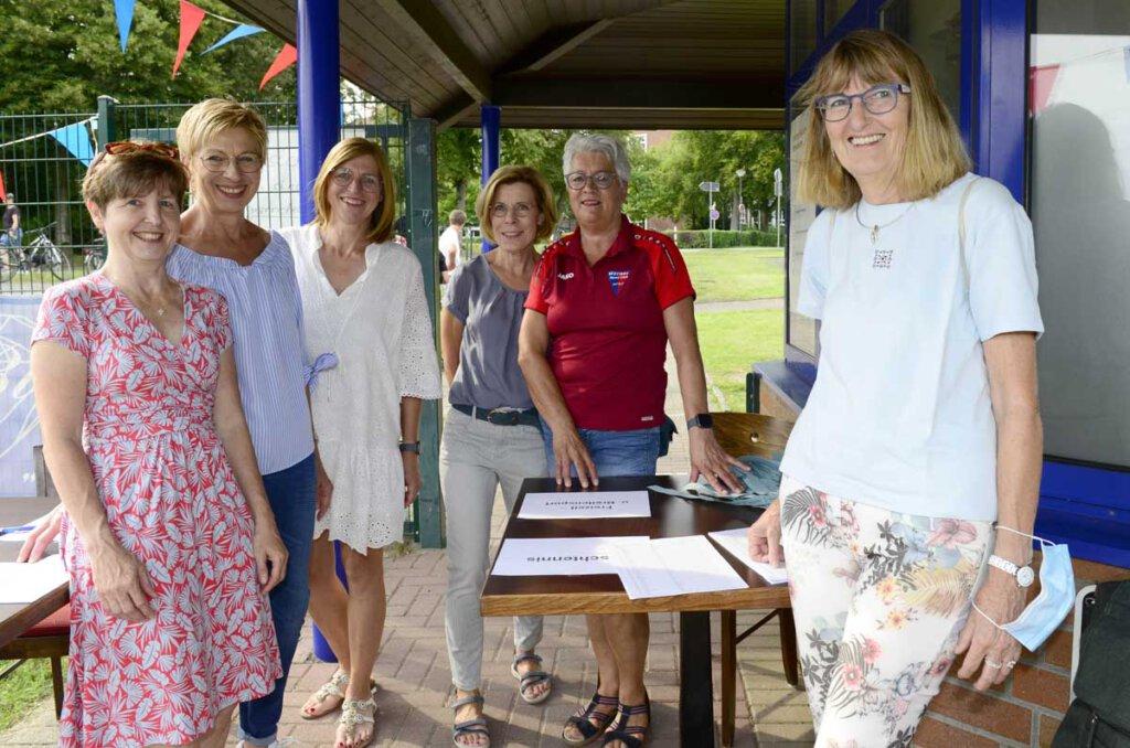 Freundliche Begrüßung beim Eintritt: Die Damen vom Freizeit- und Breitensport begrüßten die Gäste und gaben die Wertmarken aus. Foto: Stengl