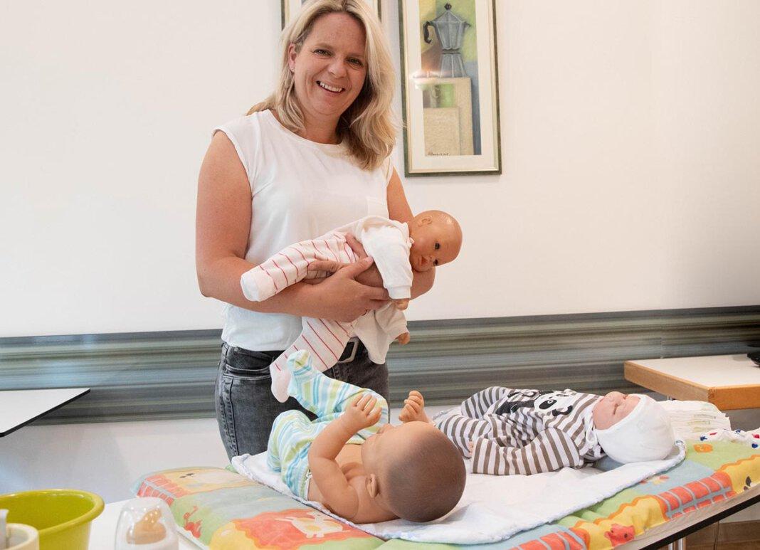 Zum Babysitterkurs von Diana Homoet gehören neben dem theoretischen Teil auch viele praktische Übungen zum Thema Säuglingspflege. Foto: Bischöfliche Pressestelle/Michaela Kiepe