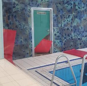 Beim Einbruch ins Hallenbad Herbern wurde unter anderem eine Glastür zerstört. Foto: Gemeinde Ascheberg