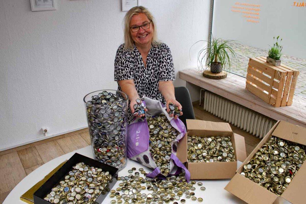 """Sandra Wittler, Geschäftsführerin der """"Alltagshelden"""" in Werne, freut sich über die positive Resonanz auf die Kronkorken-Aktion. Foto: Isabel Schütte"""