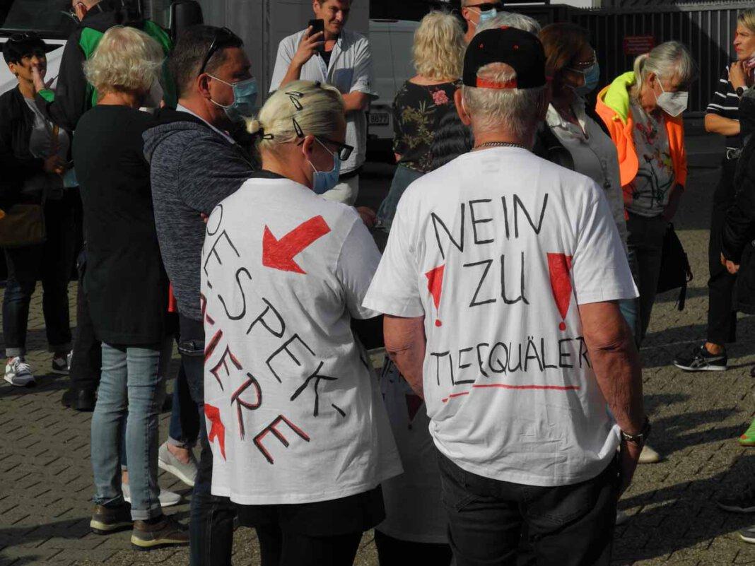Rund 40 Teilnehmende demonstrierten bei der Aktion der Linken gegen Tierquälerei vor dem Fleischer Mecke in Werne. Foto: Klaus Brüggemann