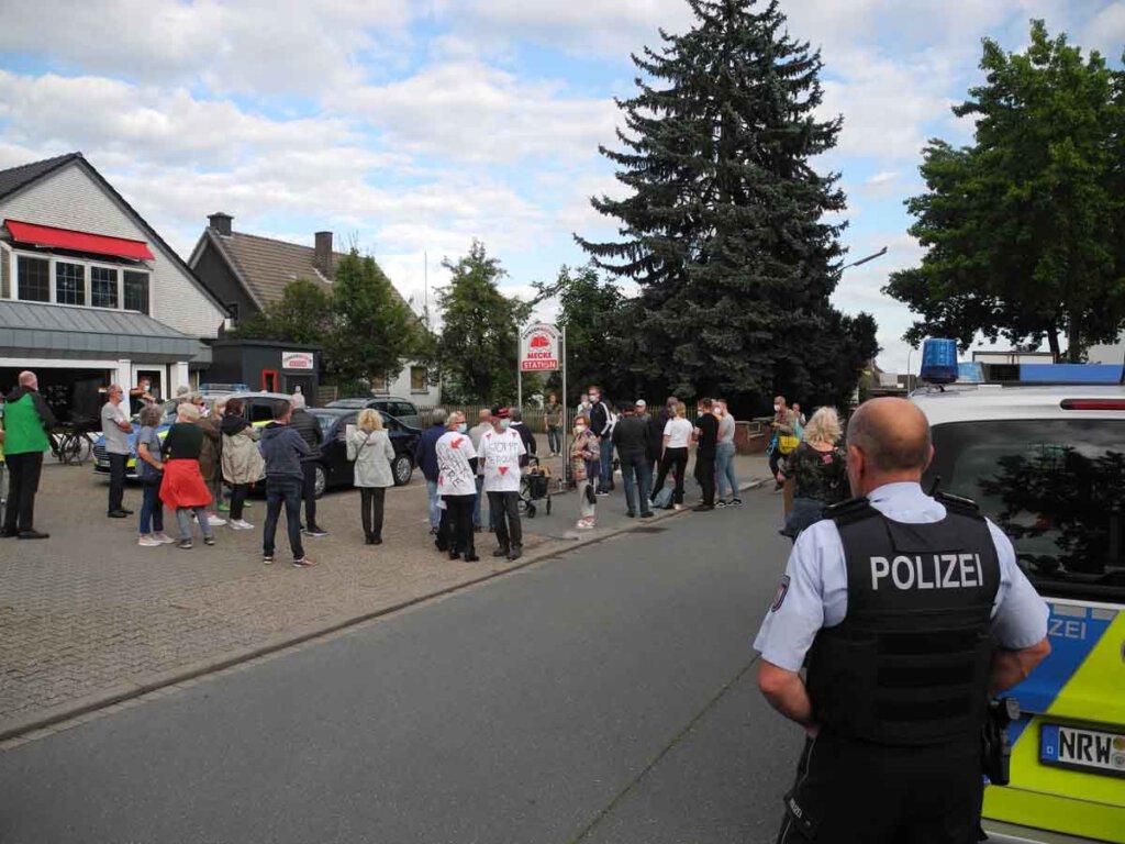 Polizei und Ordnungsamt sorgten für einen ordnungsgemäßen Ablauf der Demonstration am Freitagabend. Foto: Klaus Brüggemann