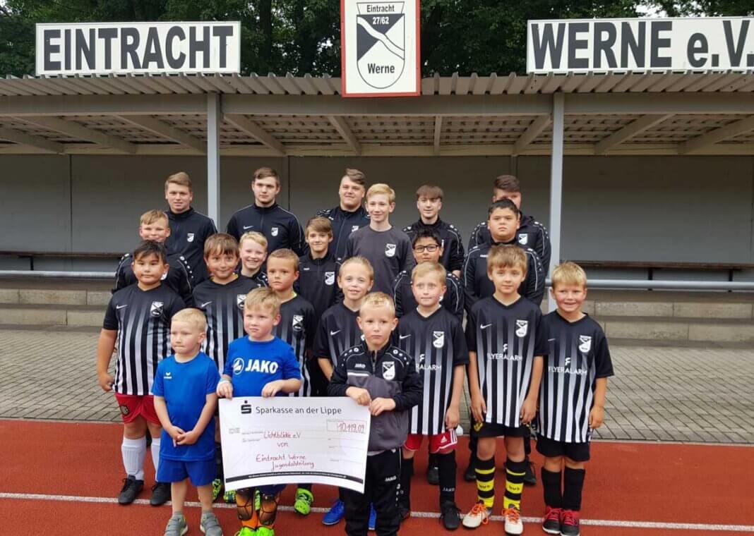 """Der Spendenscheck geht von Eintracht Werne an die Aktion """"Lichtblicke"""" zugunsten der Flutopfer. Foto: Baus"""