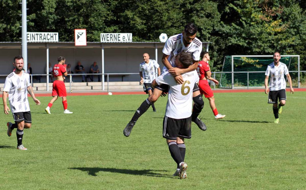 Sami Schebab (Nummer 6) lässt sich nach seinem Traumtor feiern. Zum Sieg gegen die SG Bockum-Hövel reichte der Treffer am Ende aber nicht. Foto: Wagner