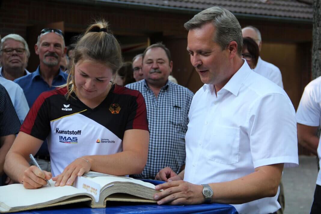 Jule Hake hatte sich bereits 2018 ins Goldene Buch der Stadt Lünen eingetragen. Archivfoto: Stadt Lünen