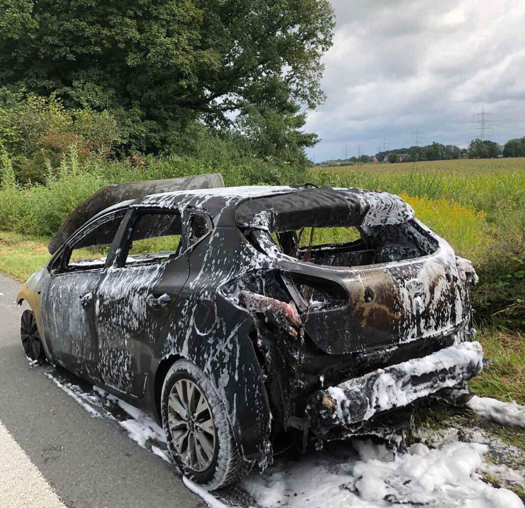 Der Pkw brannte komplett aus. Die Insassen konnten sich rechtzeitig retten. Foto: Feuerwehr Werne