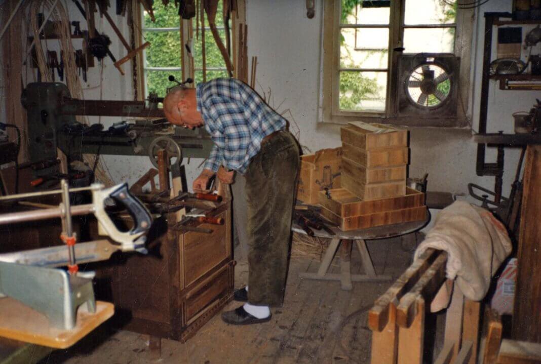 Der Geruch von Holzleim lag in der Luft, wenn Heinz Elberfeld in seiner Werkstatt arbeitete. Foto: Archiv Schwarze
