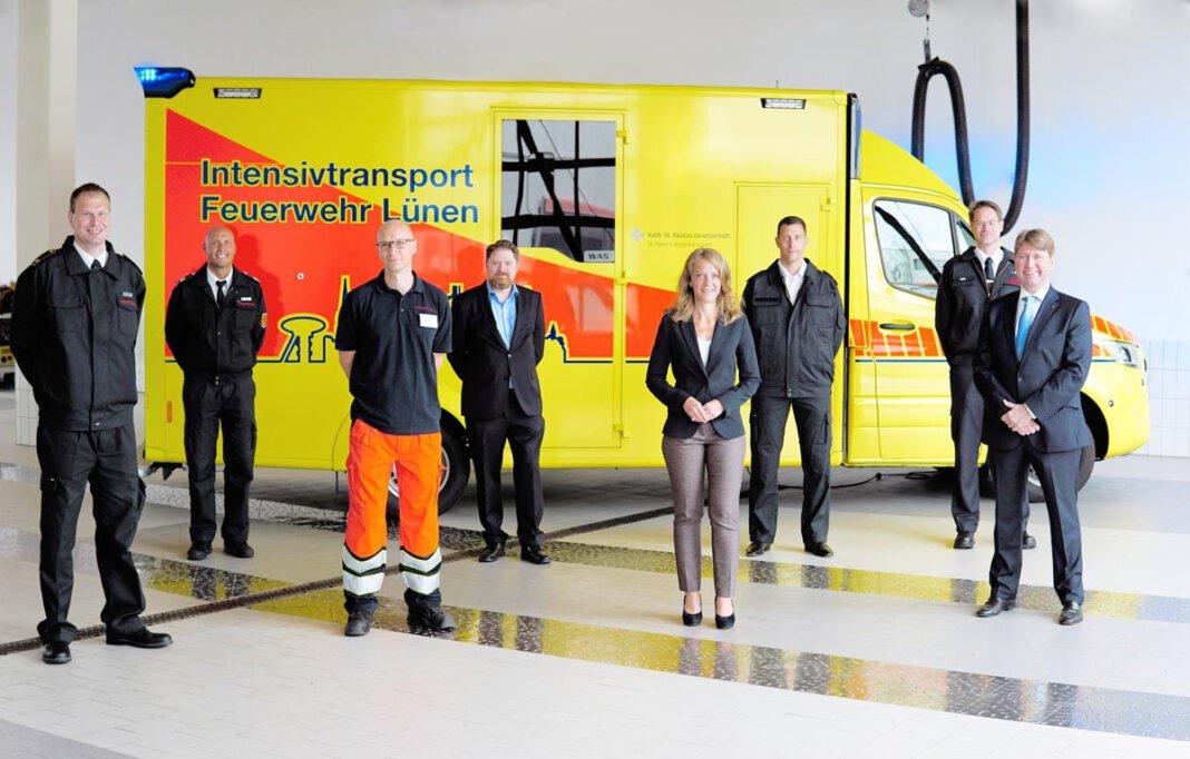 Auf dem Bild sind (von links): Dr. Christian Märkert (Leiter Feuerwehr Lünen), Tim Kewitz (Teamleiter Rettungsdienst bei der Feuerwehr Lünen), Dr. Jan Wiese (St.-Marien-Hospital), Daniel Wilms (DRK Lünen), Bettina Brennenstuhl (Erste Beigeordnete und Feuerwehrdezernentin der Stadt Lünen), Nils Schauerte (Kreis Unna), Erik Lipke (Kreis Unna), Prof. Dr. Wolfram Wilhelm (St.-Marien-Hospital). Foto: Paula Klein