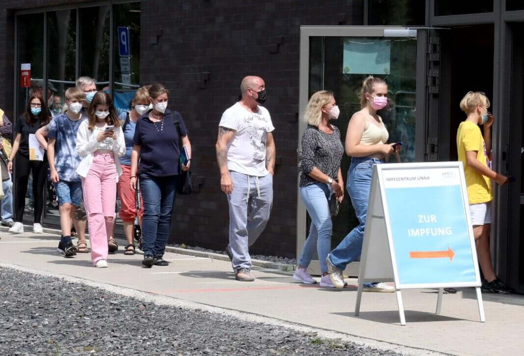 Aufgrund der großen Nachfrage wird das Impfangebot für Kinder und Jugendliche ab zwölf Jahren im Impfzentrum in Unna auf zwei Nachmittage in der Woche ausgeweitet. Foto: Volkmer