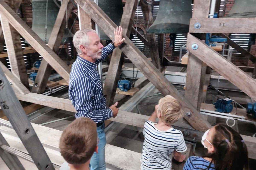 Beim Tag der offenen Tür nahm Günter Schlicker von der Gemeinde St. Konrad Groß und Klein mit in den Glockenturm. Foto: Wagner