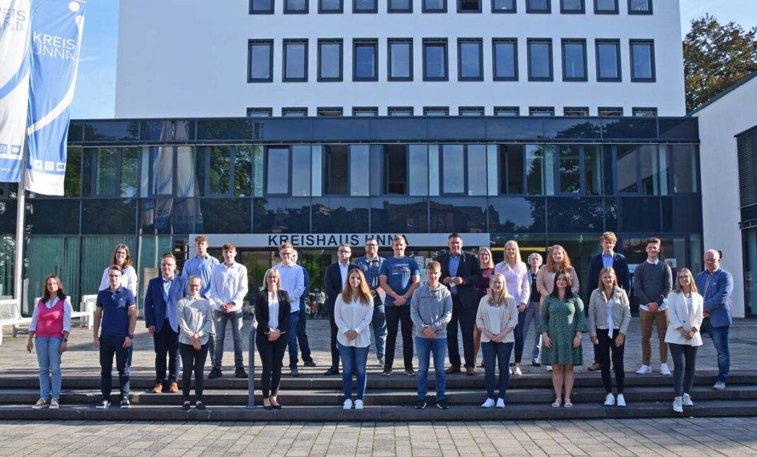 Landrat Mario Löhr begrüßte mit anderen Verantwortlichen der Kreisverwaltung die neuen Auszubildenden der Kreisverwaltung. Foto: Anita Lehrke - Kreis Unna