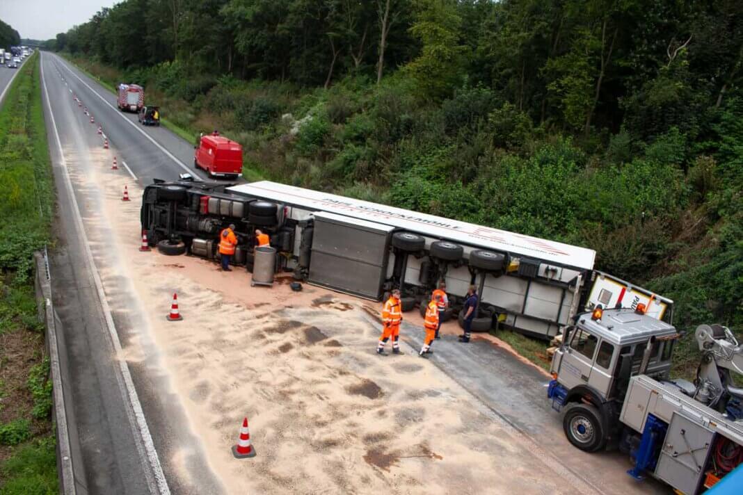 Ein schwerer Lkw-Unfall ereignete sich am Dienstagvormittag auf der A1 zwischen Ascheberg und Werne. Foto: Isabel Schütte