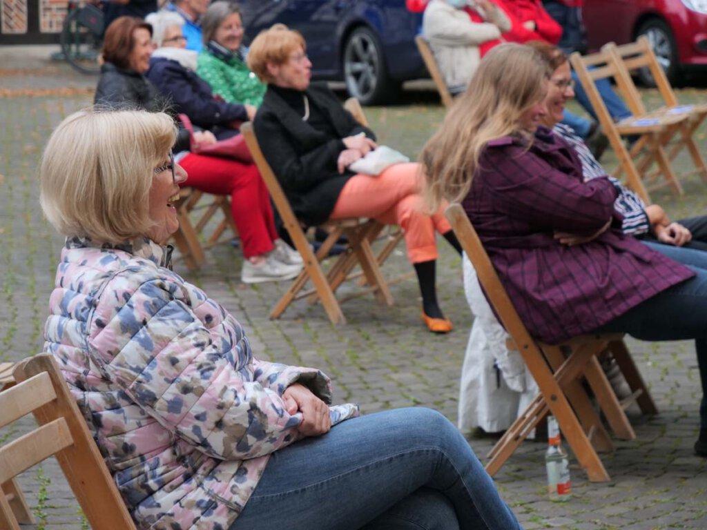 Das Publikum auf dem Kirchplatz von St. Christophorus ließ sich auf die gelöste Stimmung des LiteraTurniers ein. Foto: Anke Schwarze
