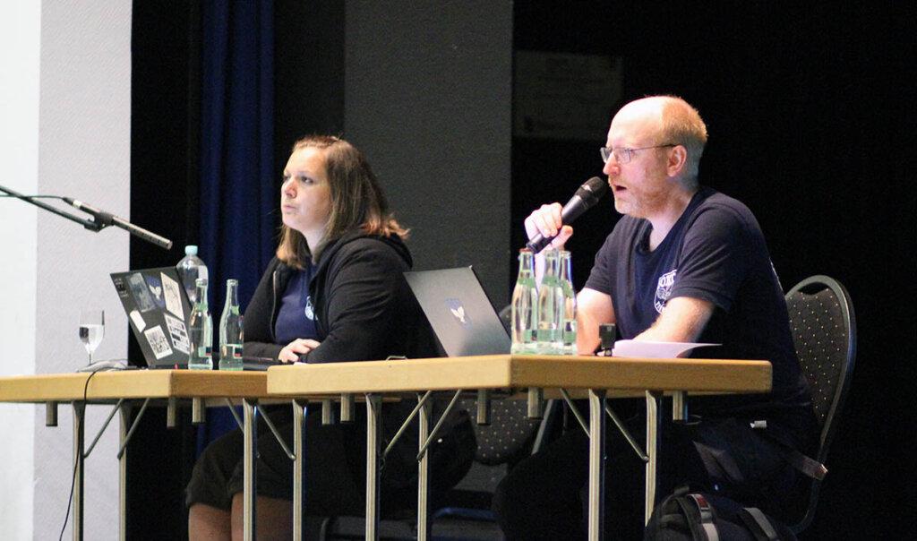 Die Tierschützer Monika Berg und Friedrich Mülln stellten beim Bürgergespräch weiteres Videomaterial vor, das die Verfehlungen von Mecke und Kreisveterinäramt veranschaulichte. Foto: Wagner