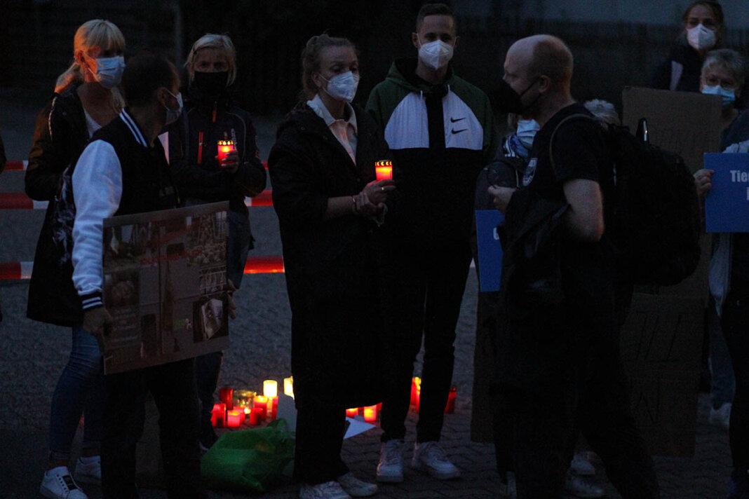 Nach dem Bürgergespräch fand vor Mecke an der Lippestraße eine Mahnwache statt. Soko-Vorsitzender Friedrich Mülln beantwortete auch hier Fragen der Teilnehmenden. Foto: Wagner