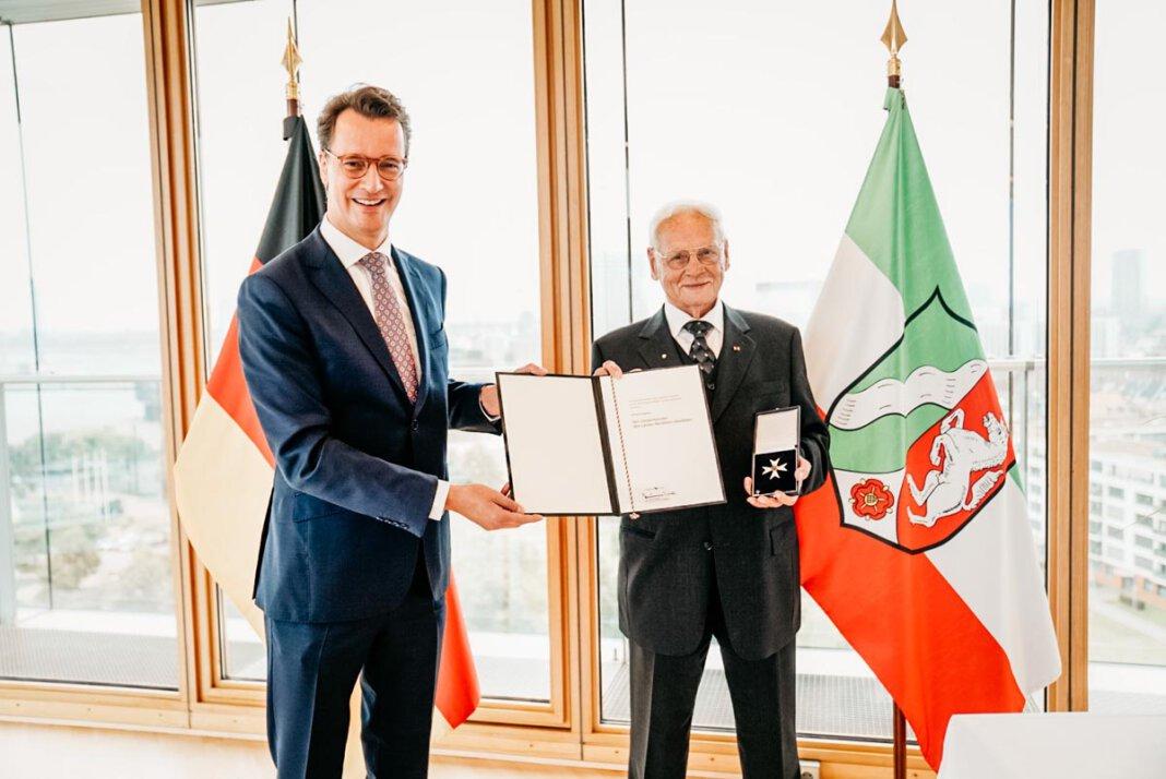 Minister Hendrik Wüst überreicht den Landesverdienstorden an Wilhelm Nägeler aus Nordkirchen. Foto: Land NRW