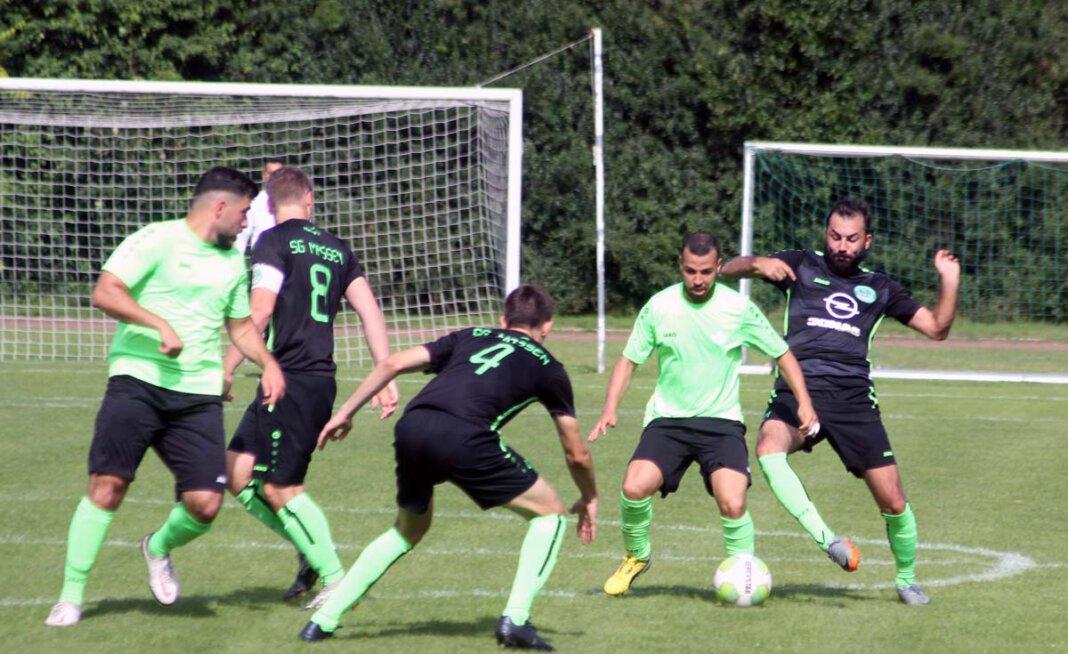 Dem SV Stockum (helle Trikots) ging im Pokalspiel gegen die SG Massen am Ende die Puste aus, schlug sich aber achtbar. Foto: Wagner