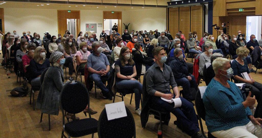 Fast alle Plätze im Kolpingsaal waren während des Bürgergesprächs von Soko Tierschutz besetzt. Foto: Wagner