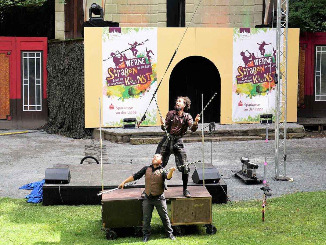 """Mit Comedy, Jonglage und Zauberei eröffneten die """"Firebirds"""" Balint & Geret das Festival StraßenKUNST -Festival 2021 und zogen das Publikum in der Freilichtbühne mit Charme und viel Witz hinein in die bunte Straßenkunst. Foto: Gaby Brüggemann"""