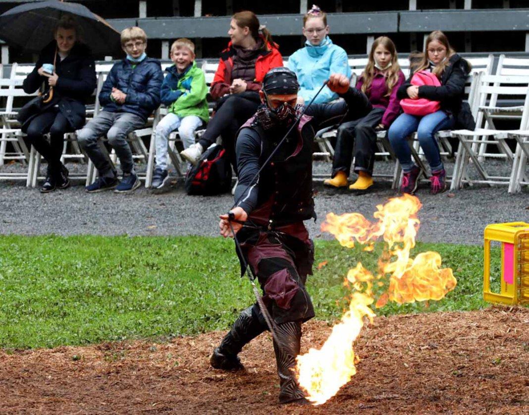 Bei Feuer-Ninja Chris Blaze aus Australien dauerte es nicht lange, bis der Funken der Begeisterung auf das Publikum der Straßenkunst 2021 überschwappte. Foto: Volkmer