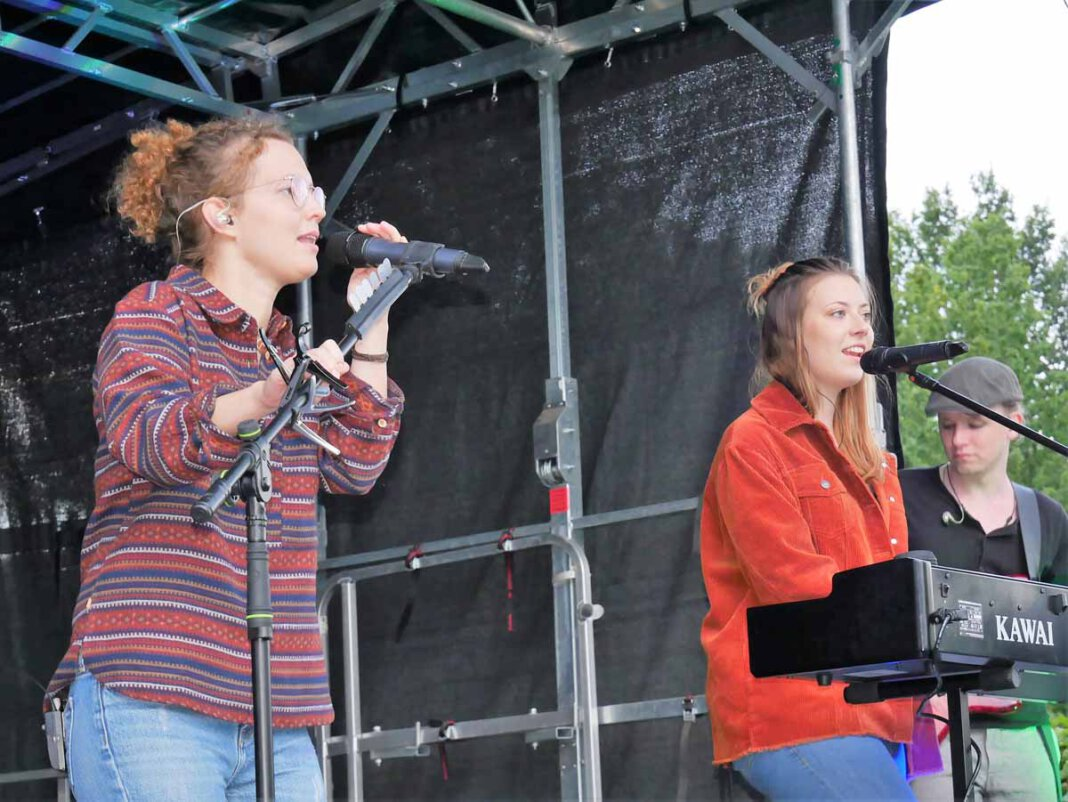 Eva Kempa (von links), Celina Hötger, Marvin Kübber und ihre Bandkollegen von Threepwood `N Strings sorgten für einen tollen Konzertabend im FlözK. Foto: Gaby Brüggemann