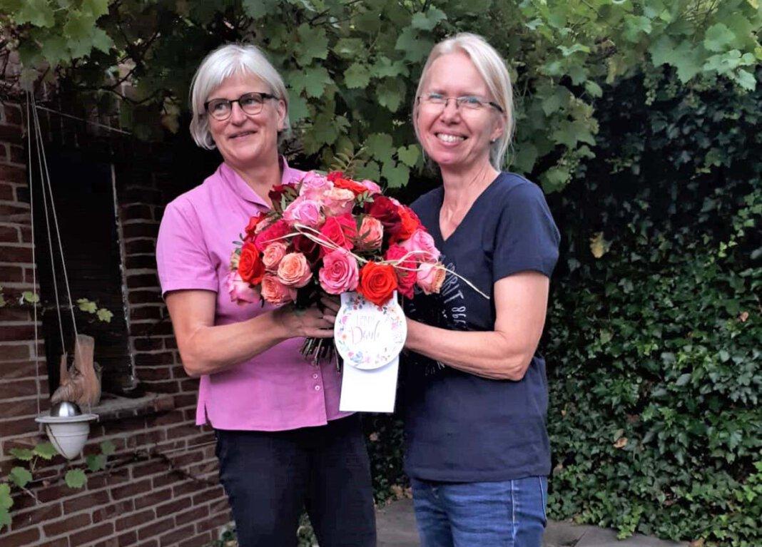 Sigrid Haße (rechts) wurde von Chefin Dagmar Wenner zum 40. Dienstjubiläum beglückwünscht. Foto: Privat